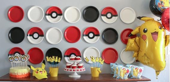 Fondo con platos fiesta Pokemon