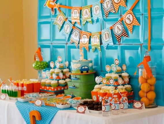 Fondos con platos celeste y naranja