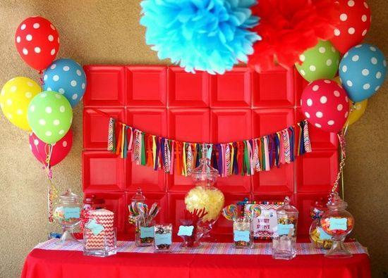 Creativo fondos con platos en color rojo