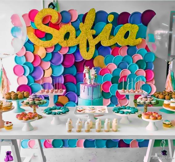 Fondo de cumpleaños con platos de cartón en colores