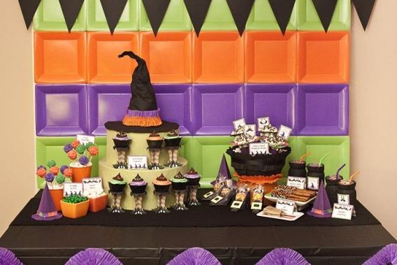 Fiesta de brujas con platos de cartón