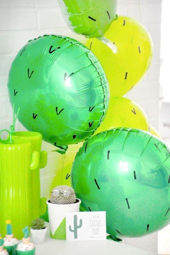 Decoración con globos para fiesta de cactus