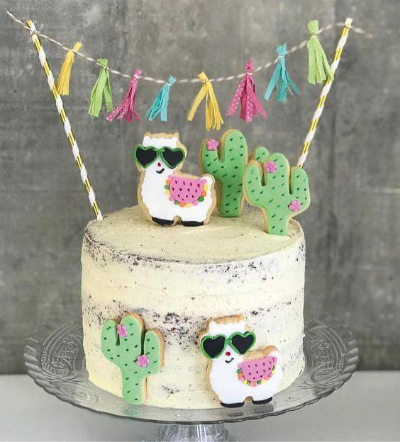 Pequeña torta decorada con llamas