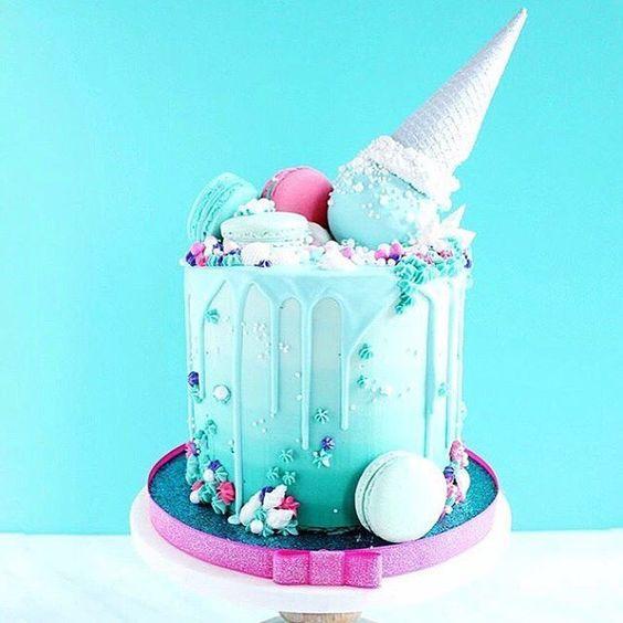 Torta en colores rosa y verde con temáctica de helados