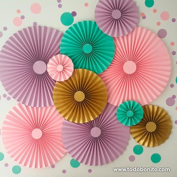 Rosetas de papel decorativas en la pared