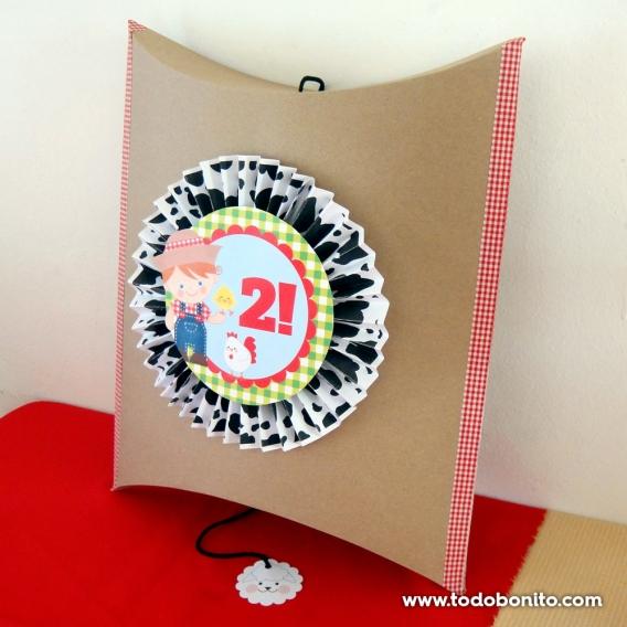 Piñatas con rosetas de papel