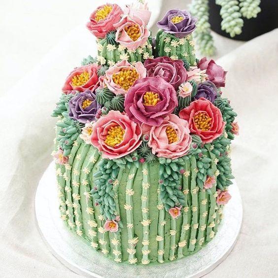 Tortas de cactus con plantas y flores comestibles