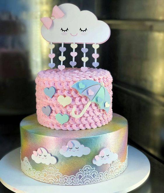 Creativa torta decorada con lluvia de corazones