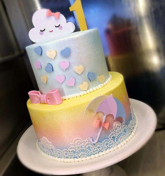 Hermosas tortas de arcoiris y nubes