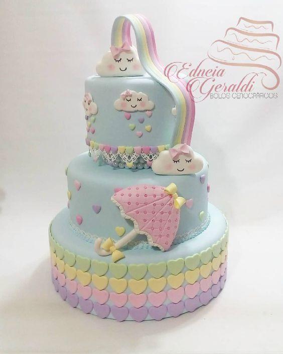 Creativa torta decorada con lluvia de amor
