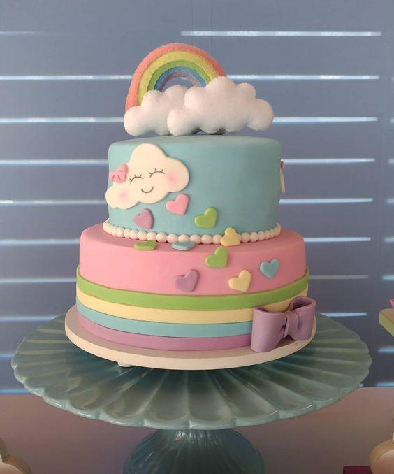 Torta decorada con lluvia de corazones