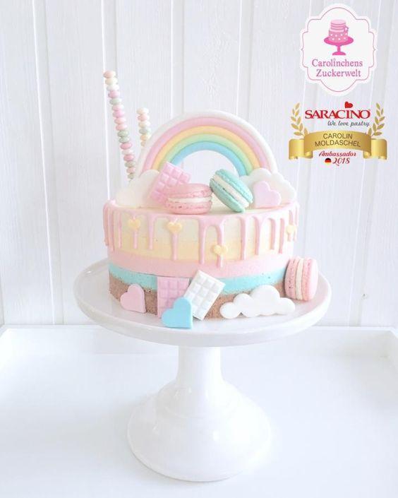 Torta de arcoiris pastel y macarons