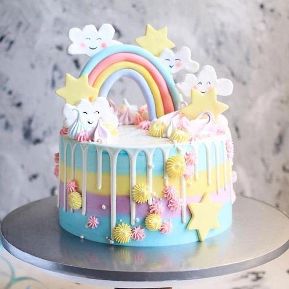 Torta de arcoiris y nubes