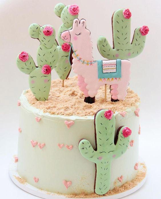 Torta decorada con llama y cactus colores pasteles