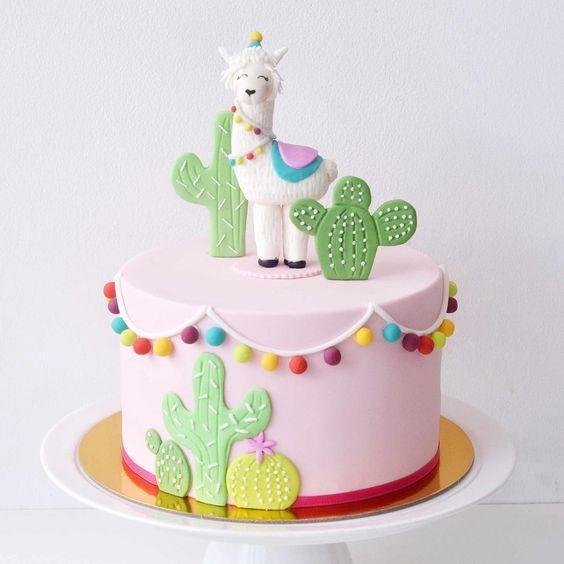 Torta decorada con llama y cactus