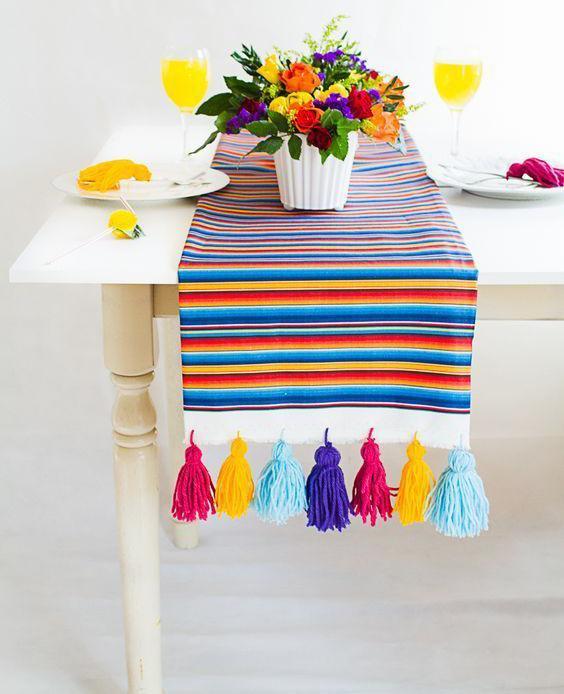 Camino de mesa con borlas de lana
