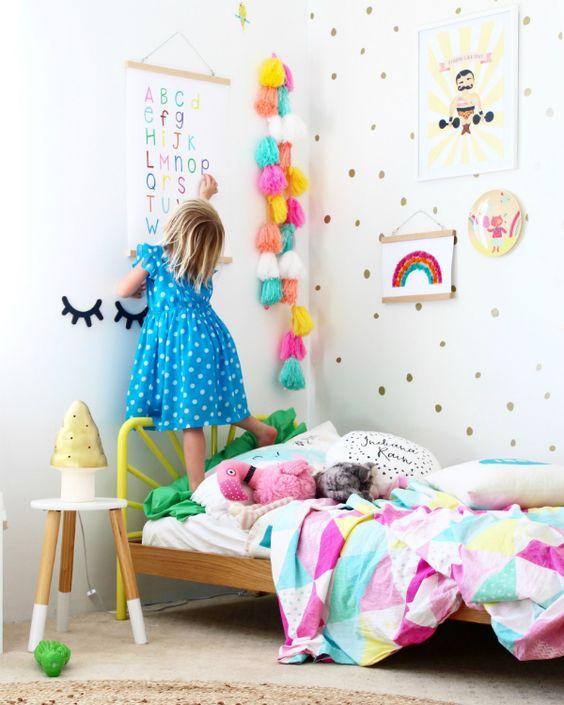 Guirnaldas con borlas de lana para habitaciones infantiles