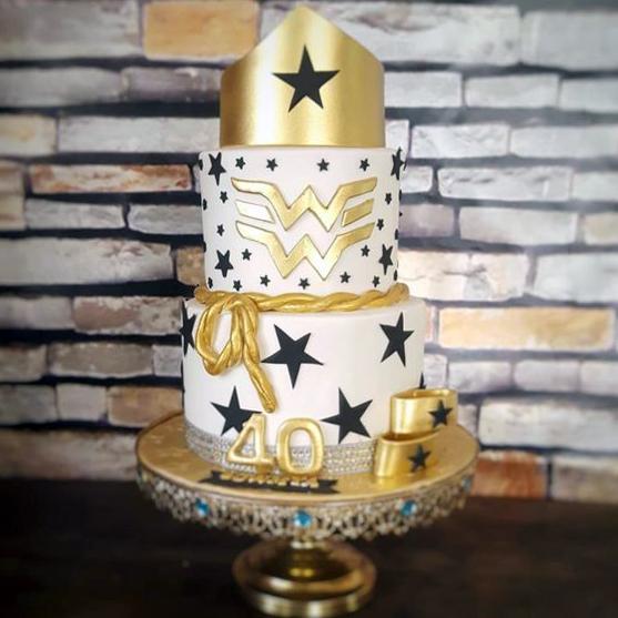Torta de la Mujer Maravilla con tiara y logo en dorado