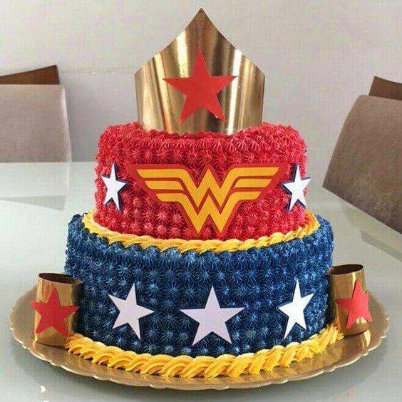 Torta de la Mujer Maravilla con tiara y logo