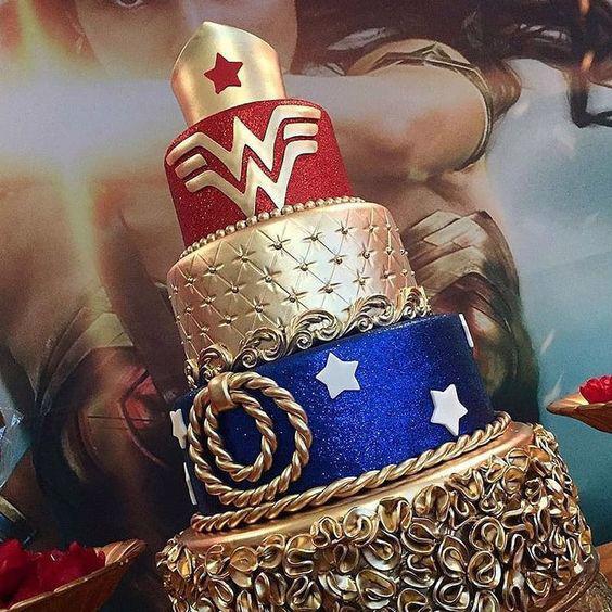 Torta de la Mujer Maravilla con dorado