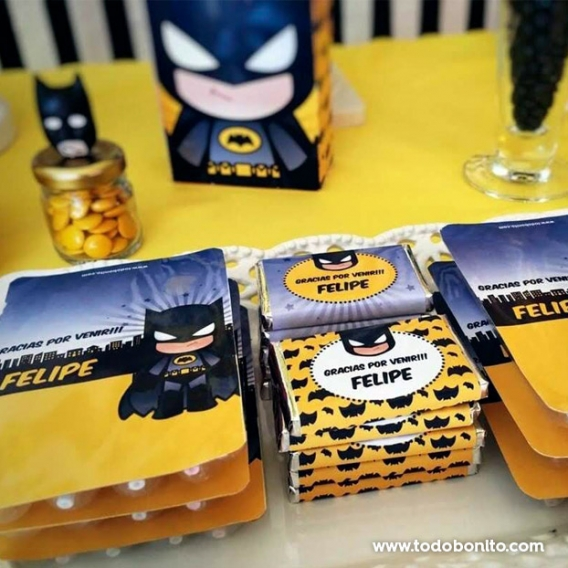 Mesa dulce decorada con el kit imprimible de Batman de Todo Bonito