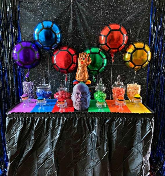Mesa dulce con globos en tonos de las gemas