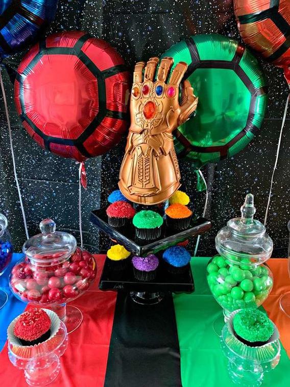 Mesa dulce decorada con temática Thanos