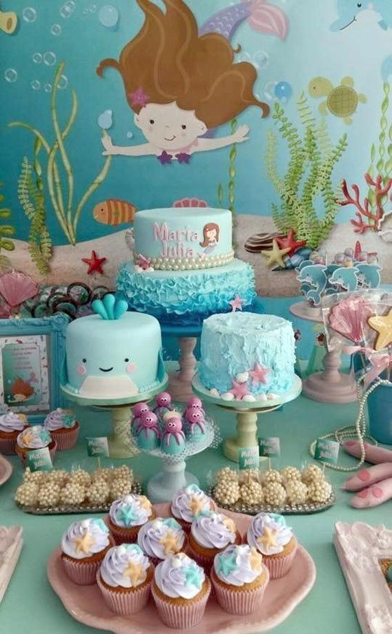 Mesa de cumpleaños decorada con temática de sirenas