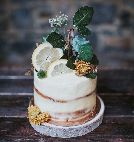 Torta decorada con elementos naturales