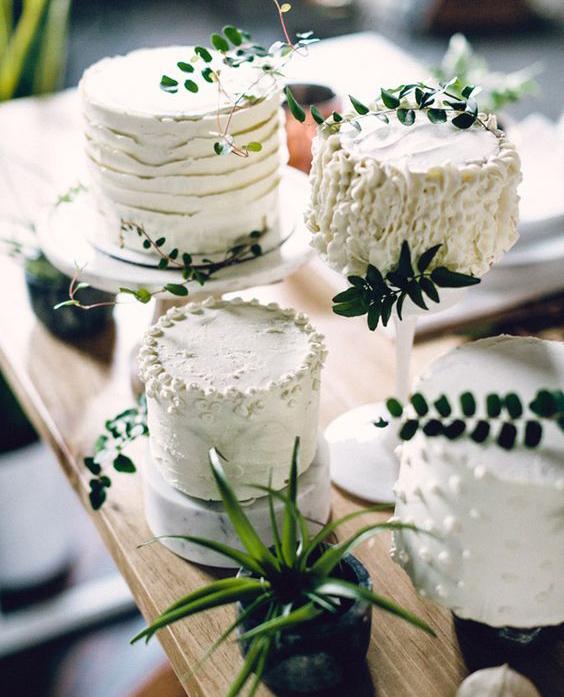 Torta decorada con hojas verdes