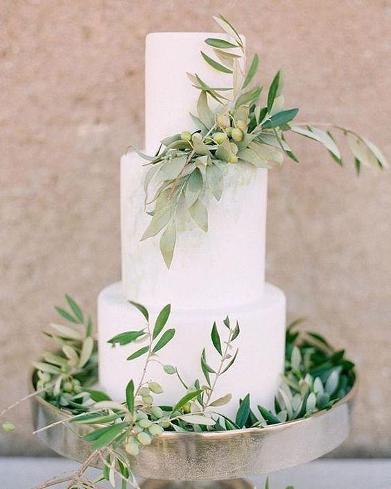 Torta rústica blanca decorada con eucalipto