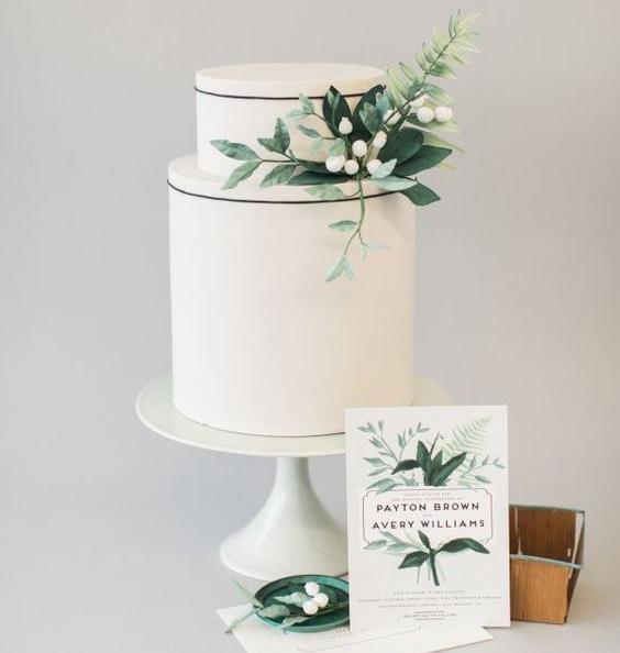 Torta blanca decorada con hojas