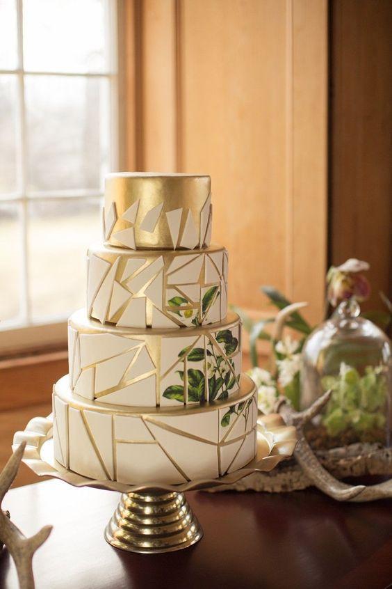 Torta blanca y dorada con hojas verdes