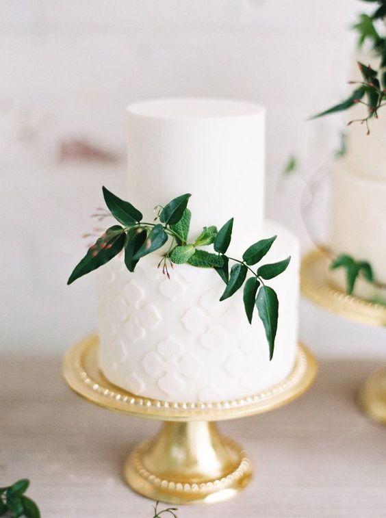 Torta blanca adornada con hojas