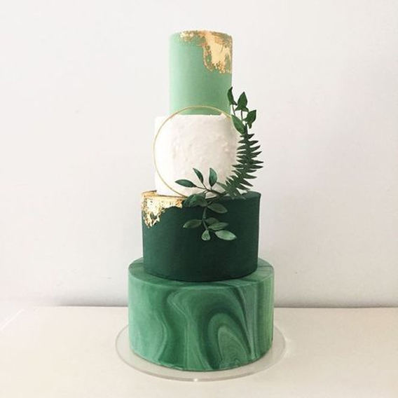torta en distintos tonos de verdes y hojas
