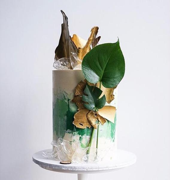 Torta blanca con verde decorada con elemento naturales