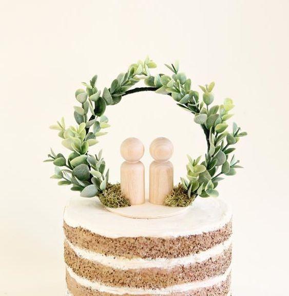 Torta rústica decorada con hojas verdes