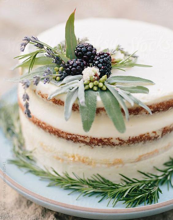 Torta decorada con hojas estilo rústico