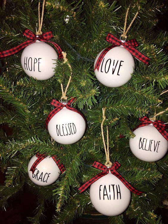 Bolas de Navidad decoradas con frases o mensajes