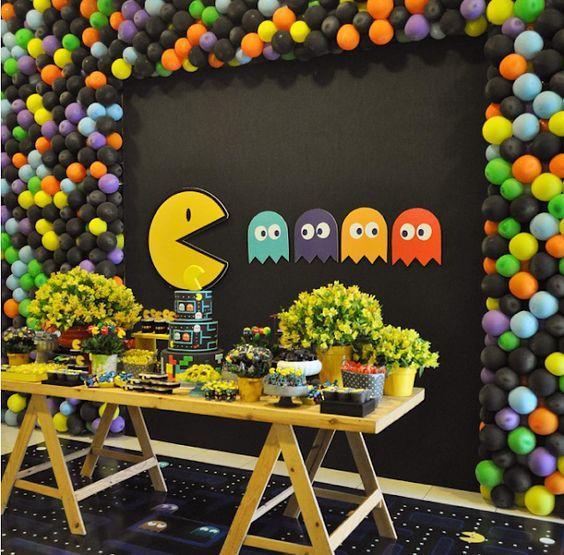 Mesa decorada con temática de Pac-man