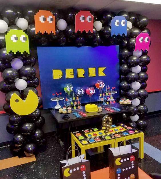 Mesa de cumpleaños decorada con temática de Pac-man