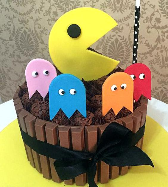 Torta de chocolate decorada con pac-man