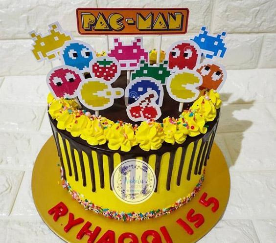 Torta decorada de pac-man para cumpleaños