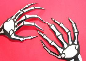 Manos de esqueletos de papel para Halloween