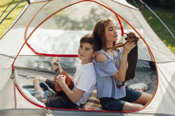 Niños acampando