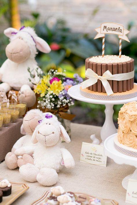 Mesa decorada con temática de ovejas para niña