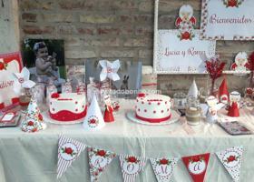 Mesa dulce de bautismo con flores shabby chic en rojo