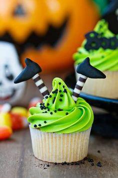 Cupcakes para Halloween decorados con pies de bruja