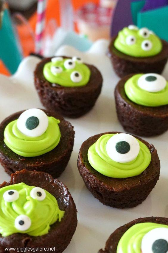 Cupcakes para Halloween decorados con ojos de monstruitos