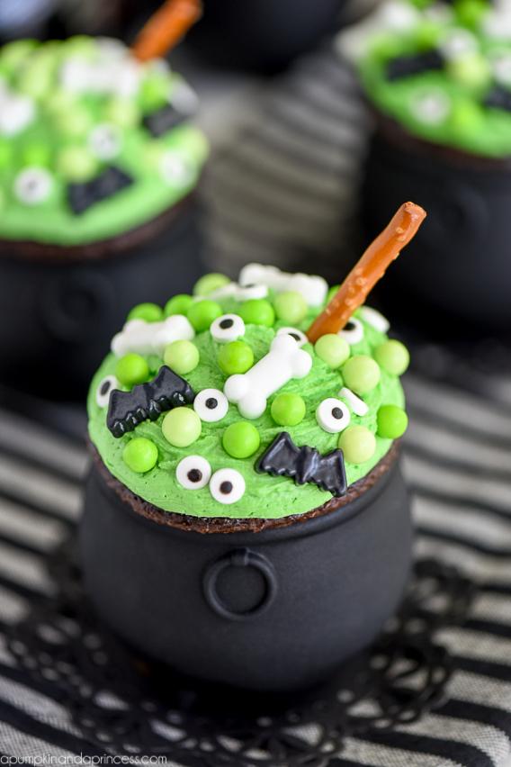 Cupcakes para Halloween decorados con olla de bruja